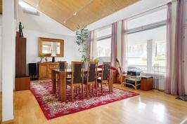 Tilava olohuone jonka kattokorkeus antaa hyvän akustiikan