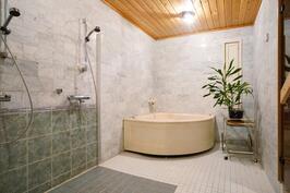 Kylpyhuone jonka yhteydessä sauna