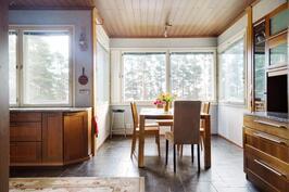 Keittiössä ikkunoita moneen suuntaan