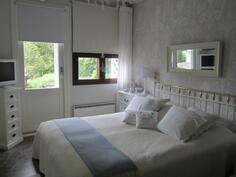 Makuuhuoneet alakerrassa, käynti pihalle