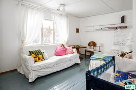 Yläkerran pienempi makuuhuone joka on aikanaan ollut keittiönä.
