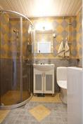 Kylpyhuoneessa suihkukaaret