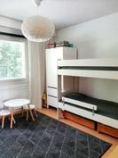 Pienempi makuuhuone, jossa liitutauluseinä sängyn takana