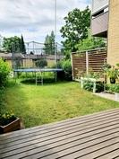 Takapihalle mahtuu iso trampoliini ja nurmi tilaa silti jää hyvin
