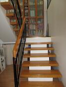 jämäkät portaat ja tilava välitasanne