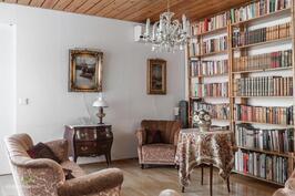 Kirjastotila avautuu valoisalle terassille
