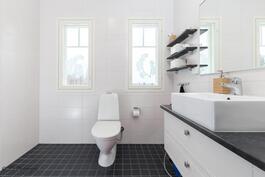 Yläkerran suihku ja wc