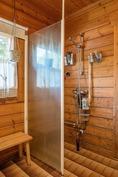 Pesuhuoneen suihkutilaa