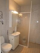 tilava kaakeloitu kylpyhuone