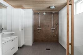 Pesuhuone on ajattoman tyylikäs ja tilava