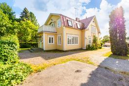 Kaunis talo ja piha