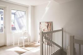 Yläkerrassa tilava ja valoisa aula vaikka työtilaksi