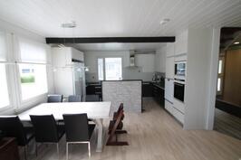 olohuone ja keittiö.
