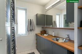 Päämakuuhuoneen ikkunallinen kylpyhuone