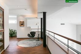 Yläkerran aulassa sijaitsee kiinteät vitriinikaapit