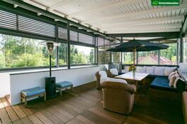 Suuren terassin katettu osuus on 57 m2, mistä lasitettua on 41 m2