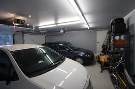 Kahden auton talli automaattiovilla