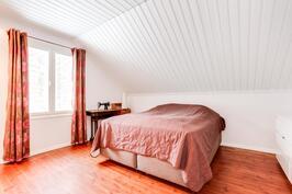 Yläkerran makuuhuone.
