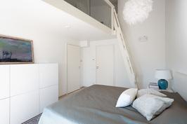 Korkean makuuhuoneen yhteydessä tilava parvi