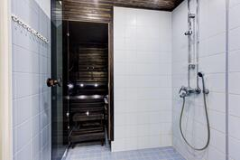Kylpyhuone/kulku saunaan