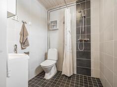 En suite kylpyhuone laajennusosan makuuhuoneen yhteydessä.