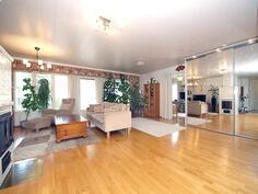 Tilava olohuone, josta käynti terassille.