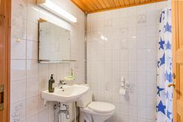 Alakerran kylpyhuoneen yhteydessä wc.