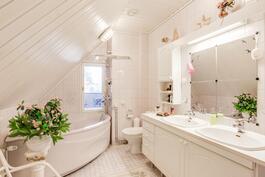Yläkerran kylpyhuoneesta näkymä parvekkeelle.