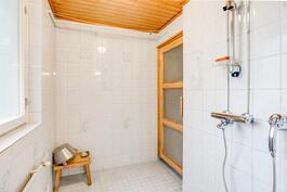 Kylpyhuoneesta kulku saunaan. Kauniit kuvioidut kaakelit.