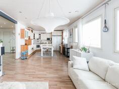 Olohuone ja keittiö avaraa tilaa
