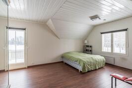 Yläkerran isompi makuuhuone