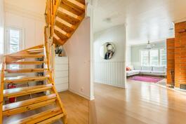 Eteisaula, olohuone ja raput yläkertaan