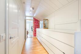 Käytävän päässä makuuhuone, vasemmalla vaatehuone