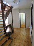 Aula, josta portaat yläkertaan ja kellarikerrokseen