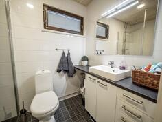 Toisessa wc:ssä myös suihku