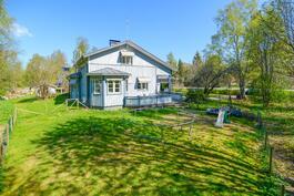 Talo pihan puolelta / Huset sett från gårdssidan