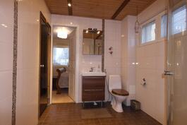 Kylpyhuoneesta on käynti päämakuuhuoneeseen