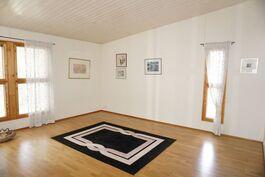 Olohuoneen vieressä oleva iso valoisa huone joka soveltuu monenlaiseen tarkoitukseen