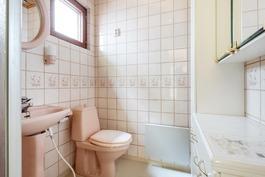 Kylpyhuone mh6:den yhteydessä