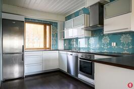 Kaunis, valoisa keittiö