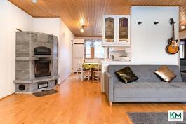 Olohuone ja keittiön ovat lähes yhtä tilaa.