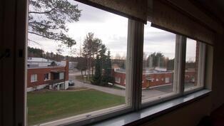 Näkymää alarinteeseen olohuoneen ikkunasta