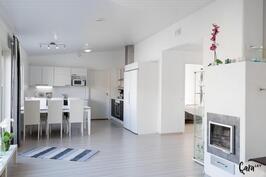 Korkeaa tilaa, yhdistetty keittiö/olohuone.