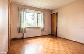 Isompi makuuhuone, josta käynti parvekkeelle.