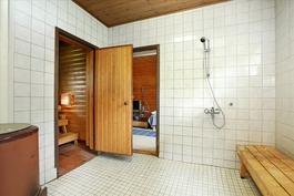 Ulkorakennuksen saunan pesuhuone
