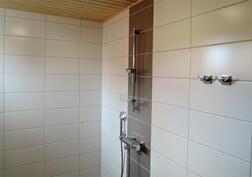 Alakerran wc:ssä suihku