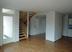 Olohuoneesta alakerran parvekkeelle, portaikkoon, eteiseen ja keittiöön