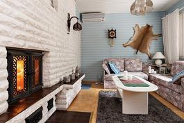 Takkahuone olohuoneen ja saunaosaston välissä.