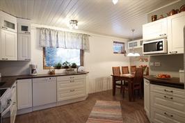 Keittiössä hyvää tilaa kokata ja touhuta