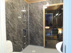 Kylpyhuoneessa wc-istuin, lisäksi toinen vessa